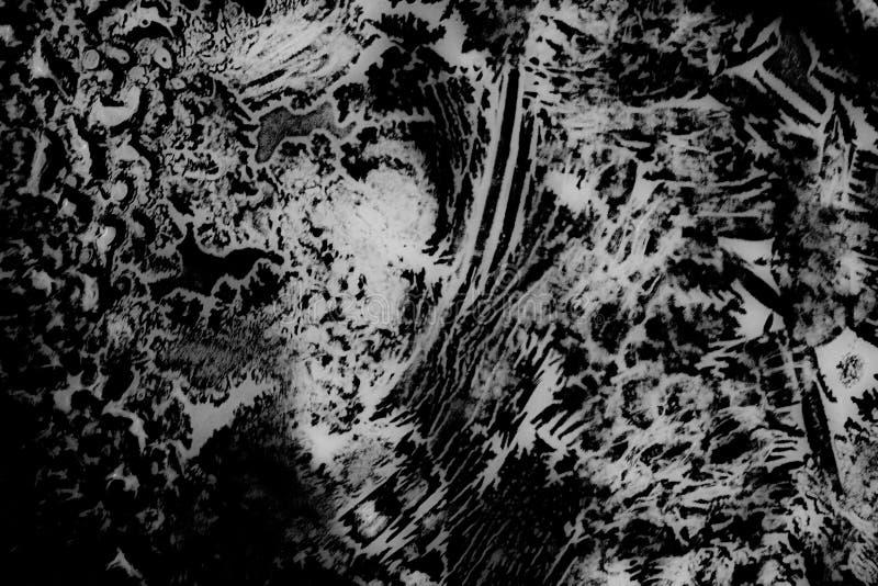 Padrões de gelo esquisitos e absurdos em vidro congelado com linhas bizarras, curvas, rachaduras, manchas wallpaper de textura bn imagens de stock