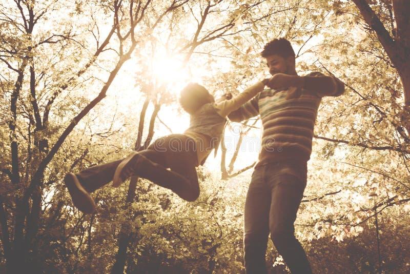 Padre afroamericano allegro che gioca con sua figlia immagine stock
