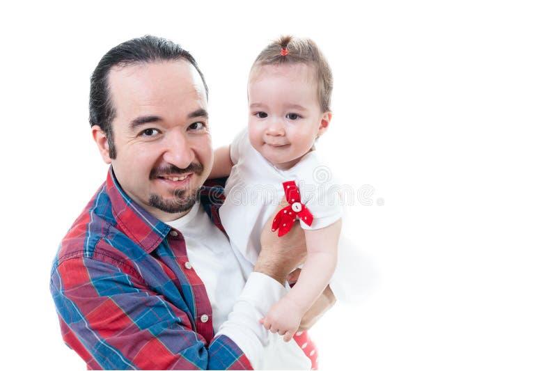 Padre aislado e hija linda en el fondo blanco imagen de archivo libre de regalías