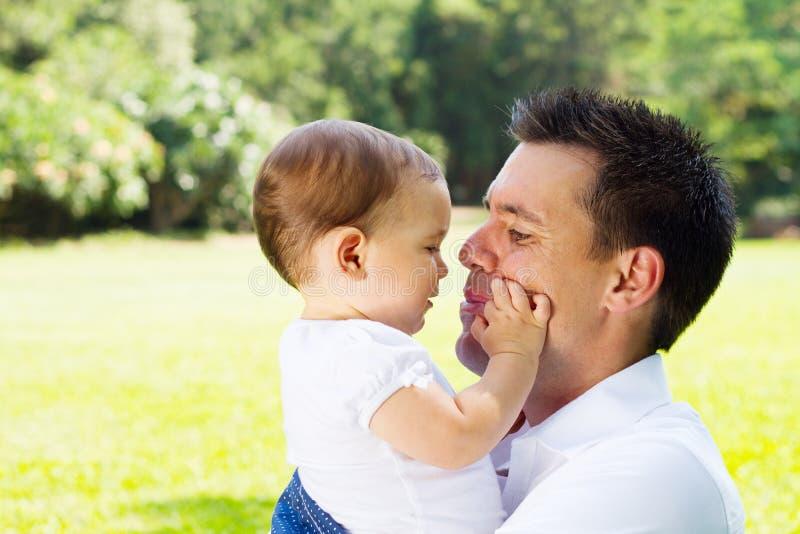 Padre amoroso con la figlia del bambino immagine stock libera da diritti