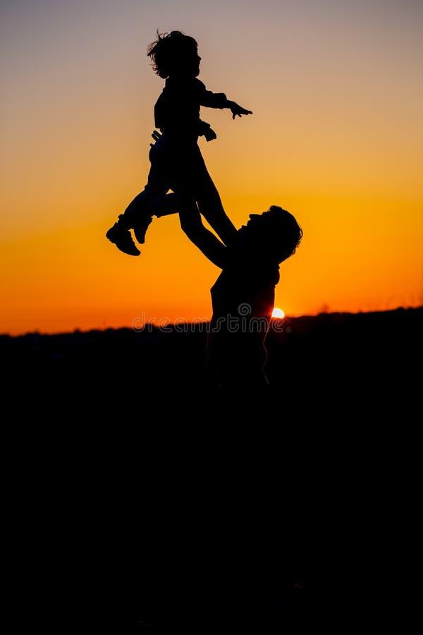 Padre cariñoso y su pequeño hijo que tienen fan junto al aire libre Familia feliz paternidad Niño pequeño y su jugar del papá fotos de archivo libres de regalías