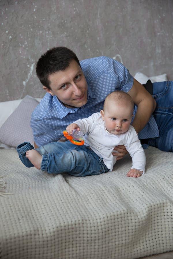 Padre caucásico e hija que mienten en cama imagen de archivo libre de regalías