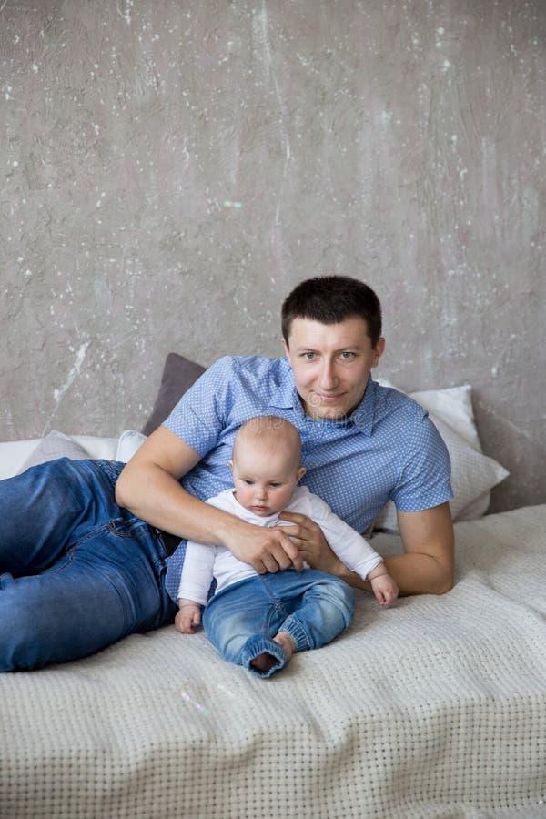 Padre caucásico e hija que mienten en cama imagen de archivo