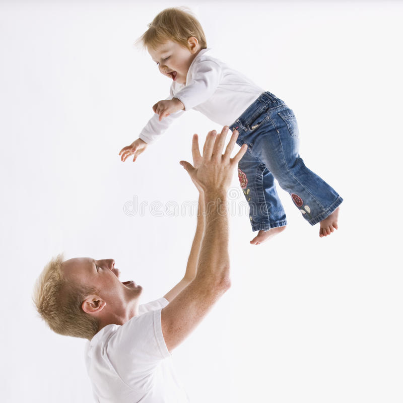 Padre che gioca con la figlia fotografie stock libere da diritti