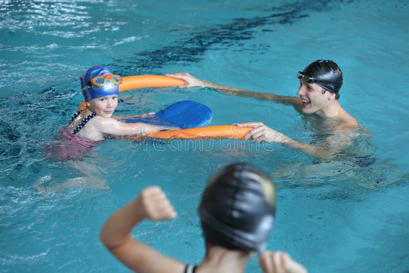 Padre che gioca con le figlie nella piscina fotografie stock libere da diritti