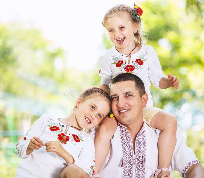 Padre che gioca con le sue piccole figlie fotografie stock libere da diritti
