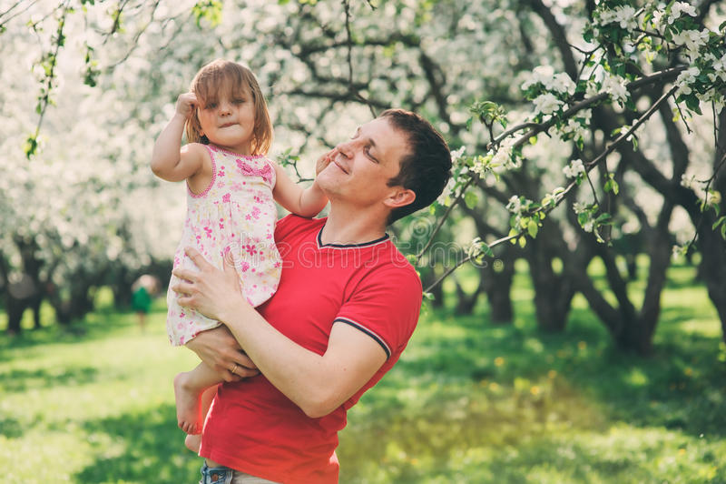 Padre che gode della passeggiata della molla con la figlia del bambino immagine stock