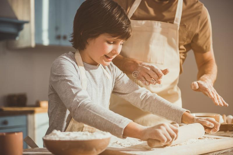 Padre che insegna a suo figlio che lavora con la pastella immagini stock libere da diritti