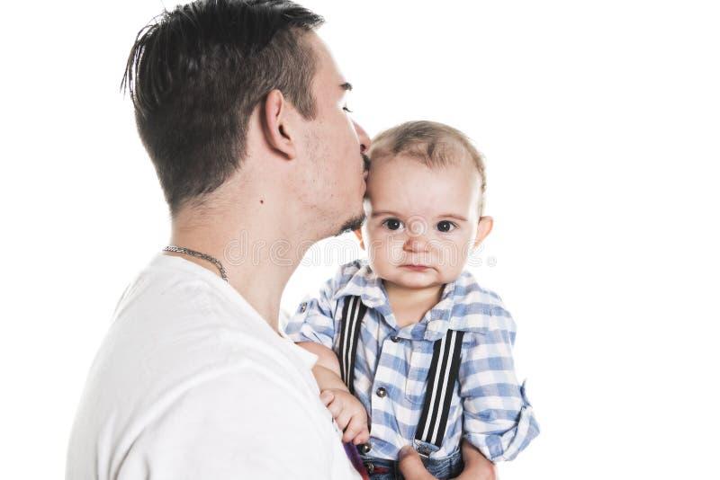 Padre che tiene il piccolo un bambino sveglio della mano fotografie stock libere da diritti