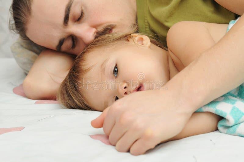 Padre che tiene le mani indisposte del bambino immagini stock libere da diritti