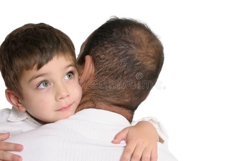Padre che trasporta il suo giovane figlio fotografia stock