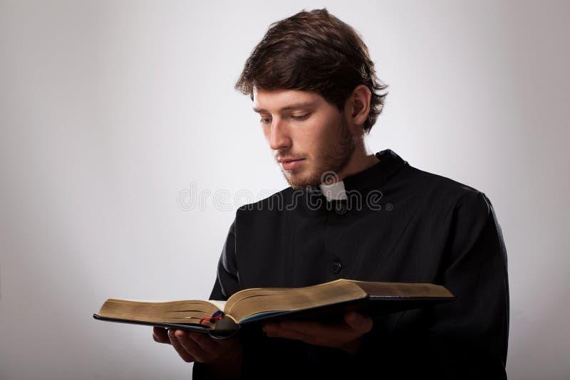 Padre com a Bíblia Sagrada fotografia de stock