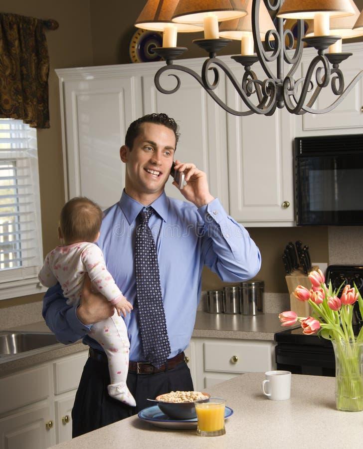 Padre con el bebé. fotos de archivo