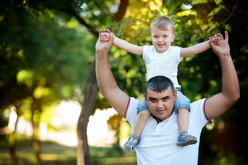 Padre con el hijo en hombros foto de archivo libre de regalías