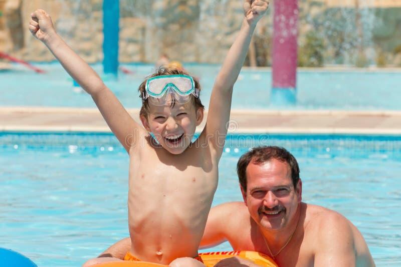Padre con el hijo en piscina fotografía de archivo libre de regalías