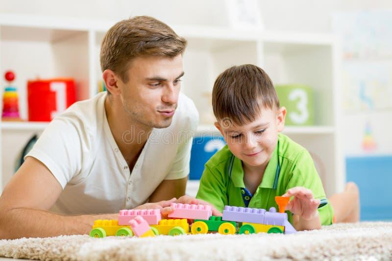Padre con el juego del hijo del niño junto foto de archivo libre de regalías