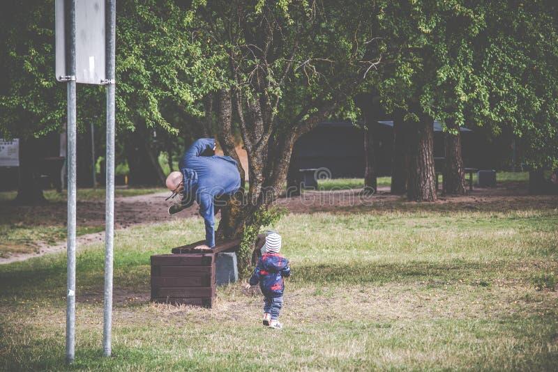 Padre con el niño al aire libre que juega fotografía de archivo