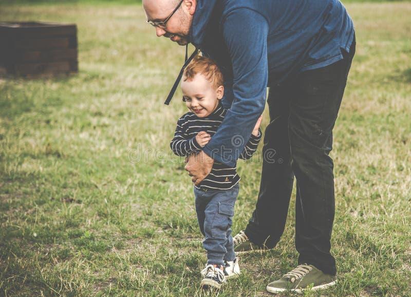 Padre con el niño al aire libre que juega imágenes de archivo libres de regalías