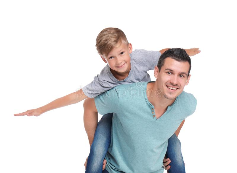 Padre con el niño en el fondo blanco imagen de archivo