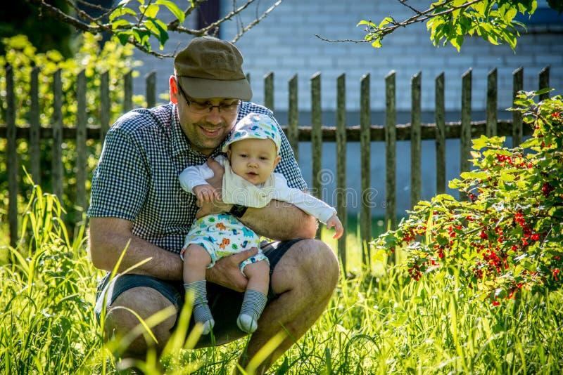 Padre con el niño en naturaleza foto de archivo