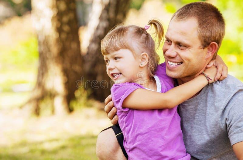 Padre con el retrato al aire libre de la hija imagenes de archivo