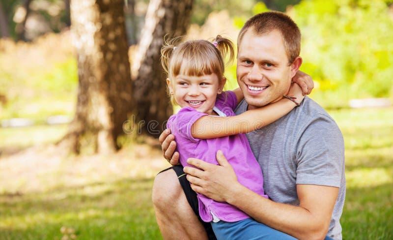 Padre con el retrato al aire libre de la pequeña hija imagen de archivo