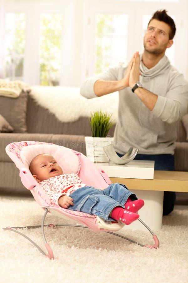 Padre con il bambino gridante fotografia stock libera da diritti