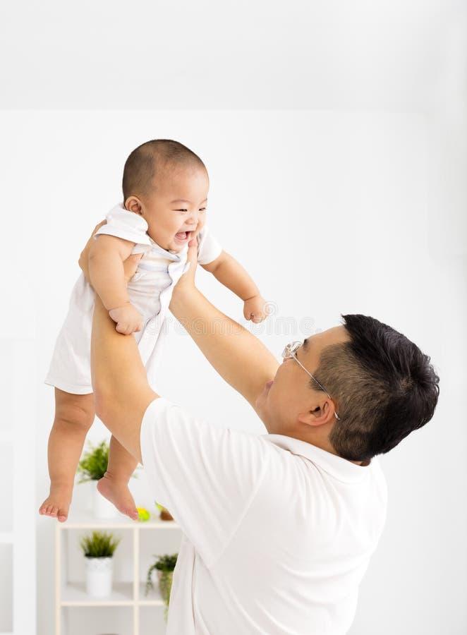 Padre con il neonato sorridente immagine stock