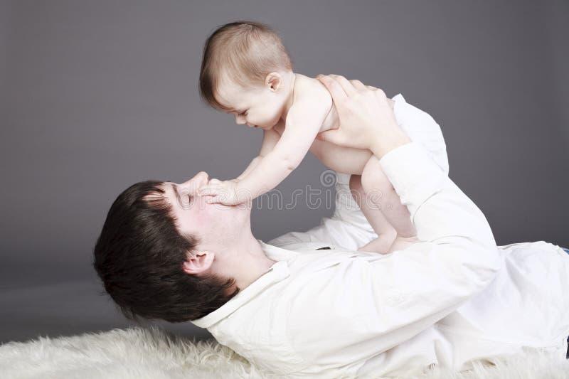 padre con il suo neonato fotografia stock libera da diritti