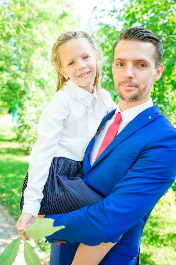 Padre con la figlia alla scuola Bambina adorabile che ritiene molto emozionante circa ritornare a scuola immagini stock libere da diritti