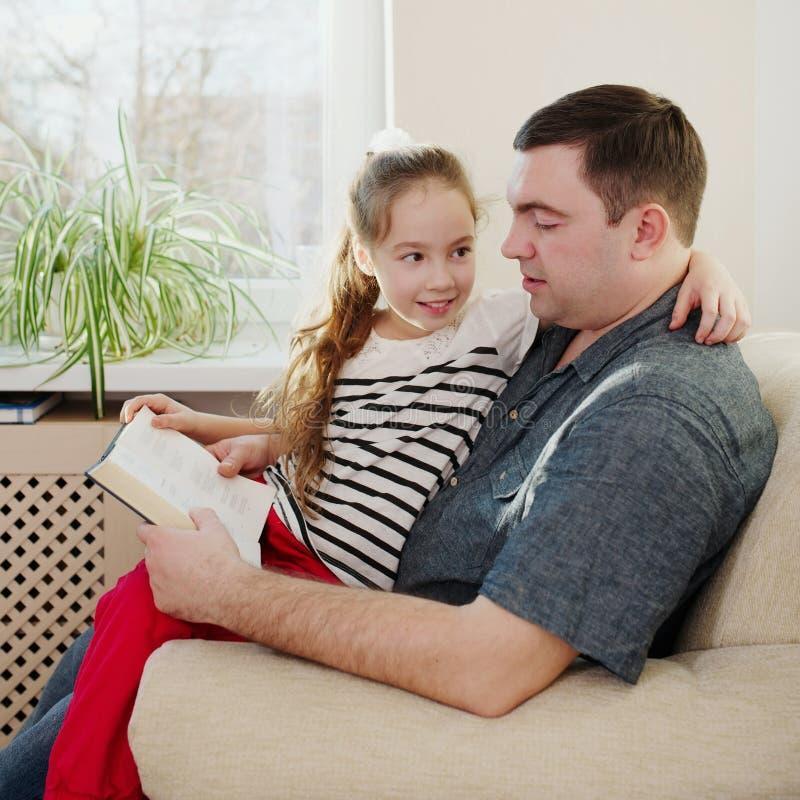 Padre con la hija en el país foto de archivo libre de regalías