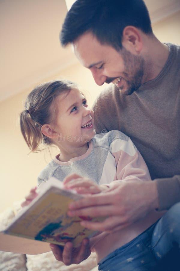 Padre con la sua figlia fotografia stock