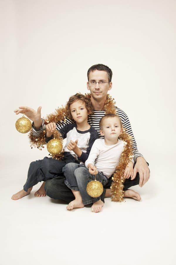 Padre con los hijos y la decoración de la Navidad foto de archivo libre de regalías