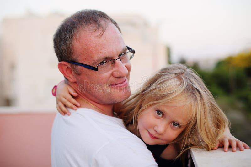 Padre con su hija imagen de archivo libre de regalías