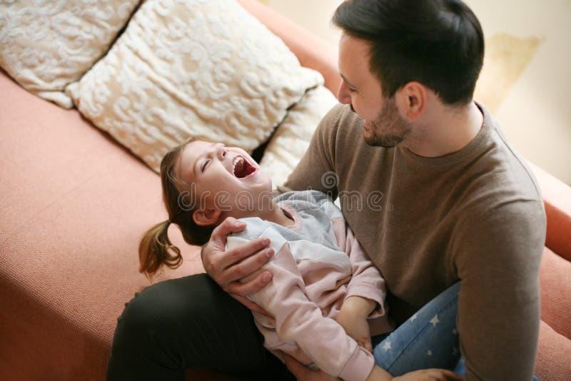 Padre con su hija que pasa tiempo en casa Solo padre fotografía de archivo libre de regalías