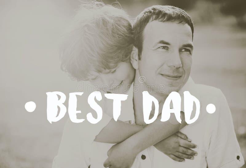 Padre con su hijo al aire libre que abraza Concepto del día de padres imagen de archivo libre de regalías