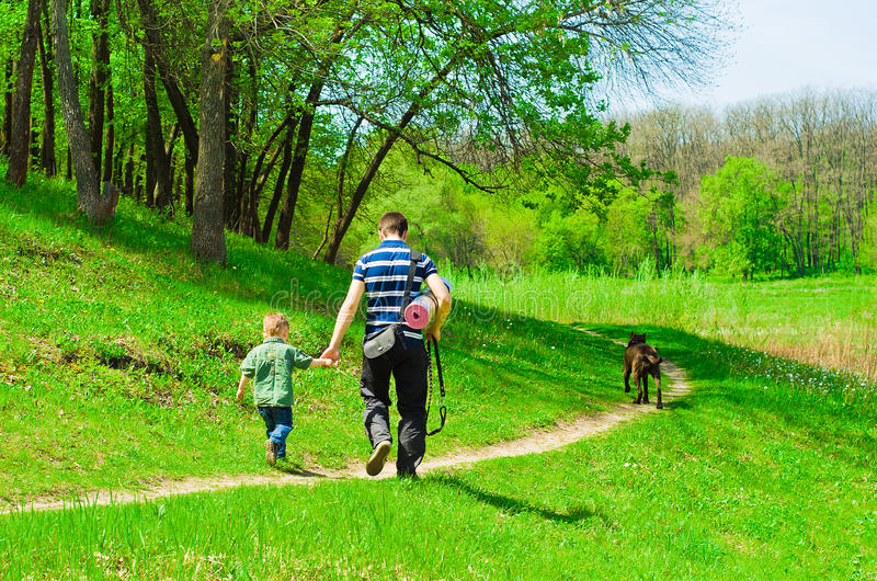 Padre con su hijo para un paseo imagen de archivo