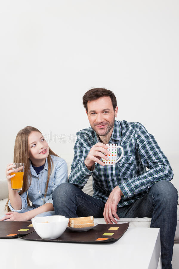 Padre con sua figlia che mangia una prima colazione fotografia stock