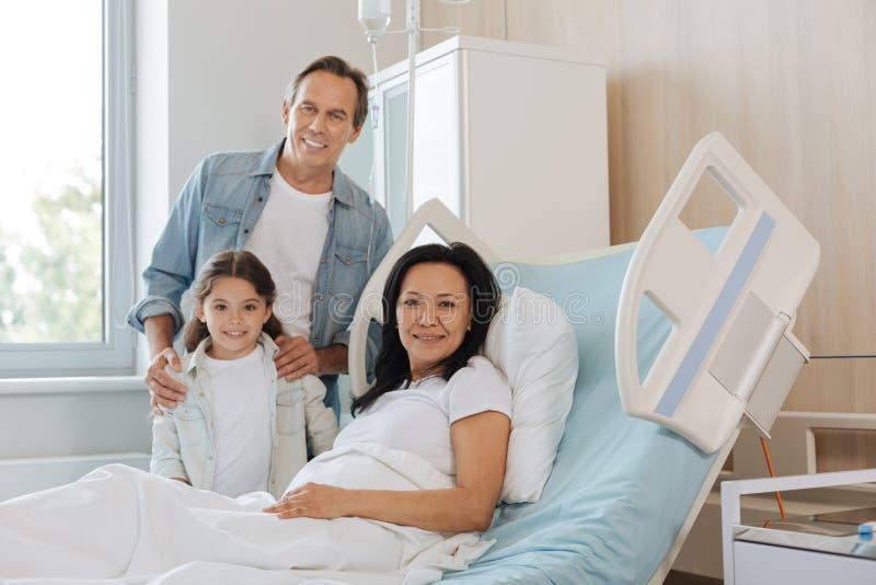 Padre contentissimo e figlia che visitano la loro mamma fotografie stock