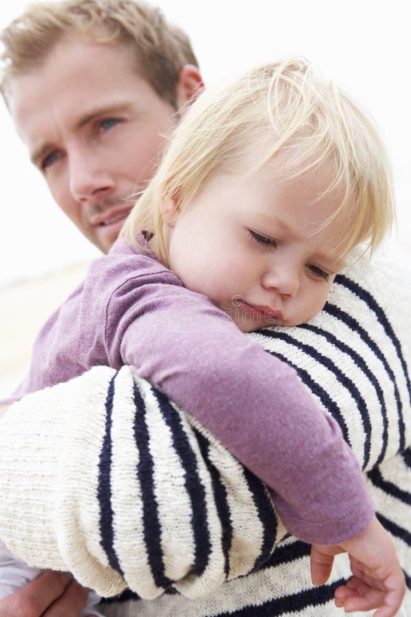 Padre Cuddling Young Daughter al aire libre imagen de archivo libre de regalías