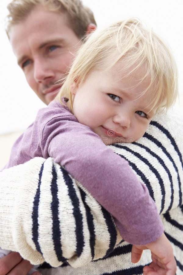 Padre Cuddling Young Daughter all'aperto immagine stock