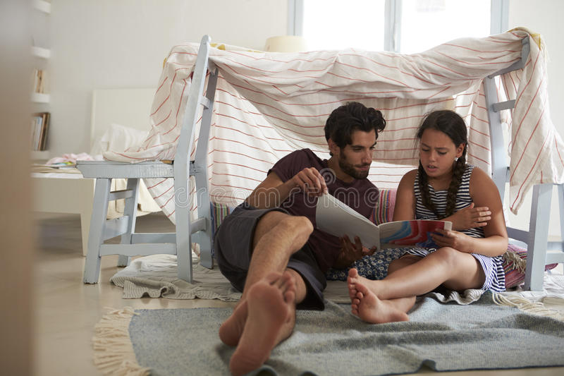 Padre And Daughter Playing all'interno in tana fatta domestica fotografie stock libere da diritti