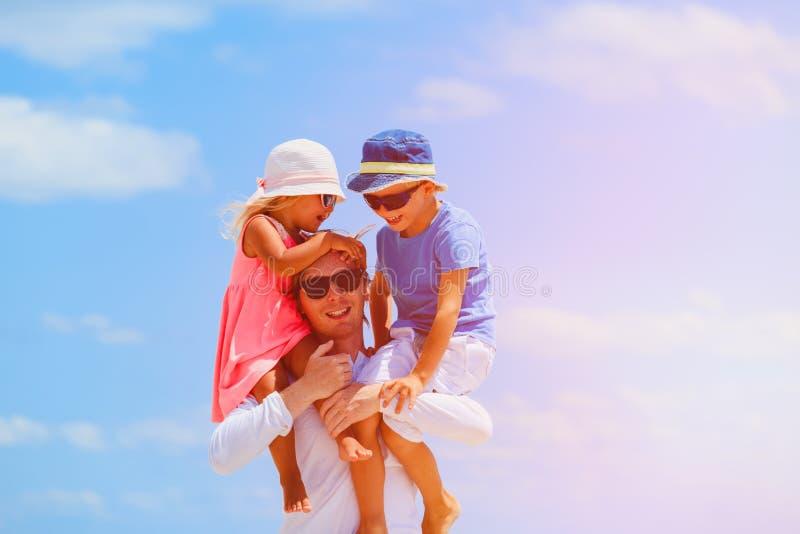 Padre de Appy con dos niños en hombros en el cielo fotografía de archivo