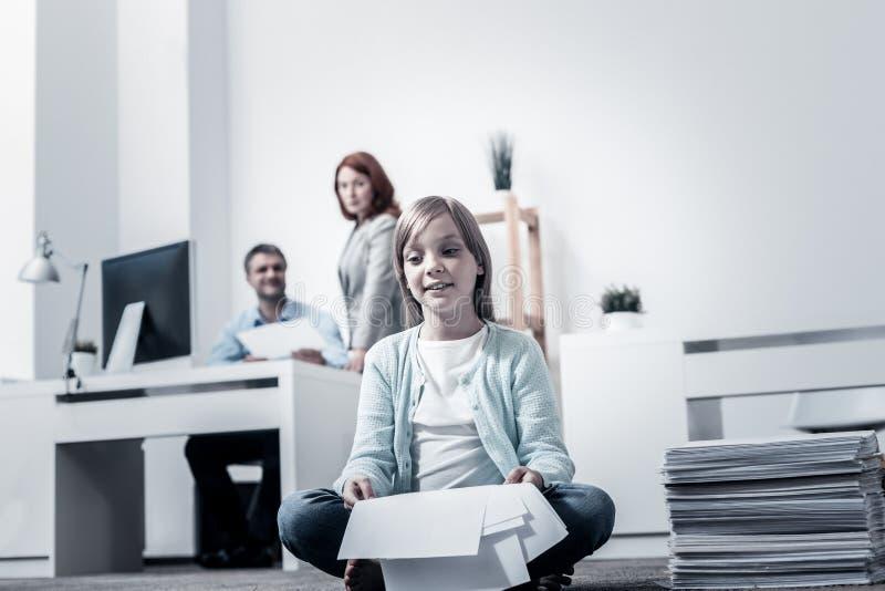 Padre de ayuda de la muchacha pensativa con el trabajo imagen de archivo libre de regalías