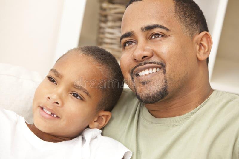 Padre del afroamericano y familia felices del hijo fotografía de archivo