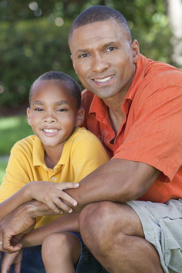 Padre del afroamericano y familia felices del hijo fotos de archivo libres de regalías