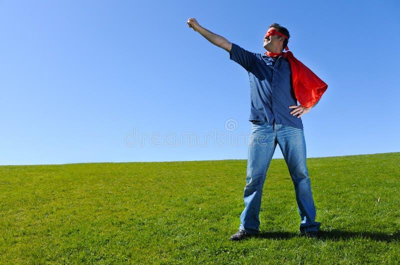 Padre del supereroe contro il fondo del cielo blu immagine stock libera da diritti