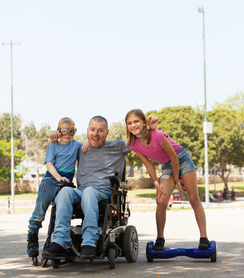 Padre disabile che gioca con i bambini fotografie stock