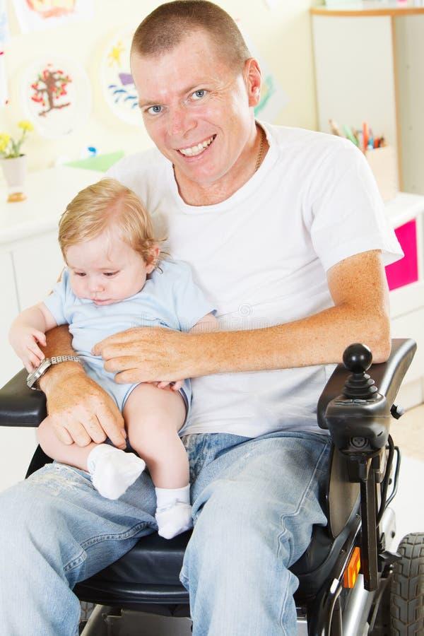 Padre disabile con il suo piccolo figlio fotografia stock