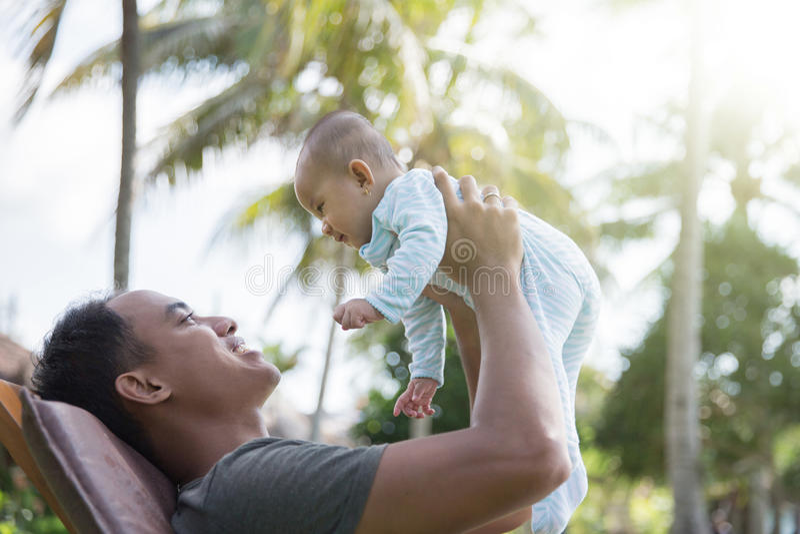 Padre divertendosi con il suo bambino fotografia stock libera da diritti